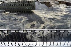 По водным артериям Петербурга плывёт ледяное сало